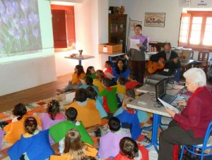 Dra. Isaura, Dra. Madalena e Dr. José Cardoso contando e cantando a história do Arco-Íris e as suas cores a alunos do 1º e 2º ano da Escola do 1º Ciclo do Ensino Básico de A dos Cunhados.