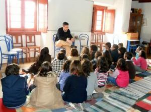 Dr. Pedro Rica Lopes contando a sua história 'Monte da Sabedoria', aos alunos do 3º ano da Escola do 1º Ciclo do Ensino Básico de A dos Cunhados